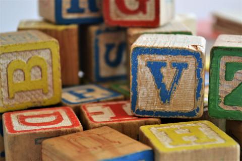 Houten blokken met letters alfabet